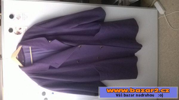 Flaušový kabát lehký fialová barva. Je vhodný na podzim a jaro. Dá se nosit  i v mírné zimě. Límec podšitý černým sametem a na rukávech vsadky také z  černého ... 1a9ed09221e