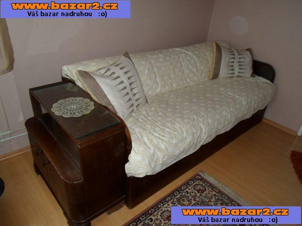 bf426661adfb Prodám vysouvací gauč. Pohodlné pro dvě osoby. 5 čalouněných matrací. Gauč  je celodřevěný z dubového dřeva. Jako set je u gauče malá komodka. Stáří 67  let.