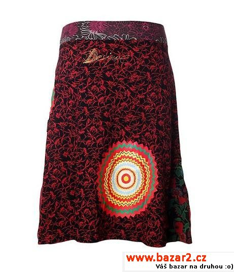 c72c8f9b620d Stylová dámská sukně áčkového střihu s módním kontrastním lemem v pase má  vtipný barevný potisk po celé ploše. Na boku ji zdobí fotopotisk několika  ženských ...
